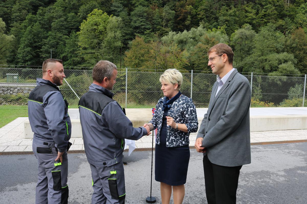 Direktorica Andreja Jehart in župan Tomaž Rožen slovesno izročata ključe šoferju novega vozila za praznjenje greznic