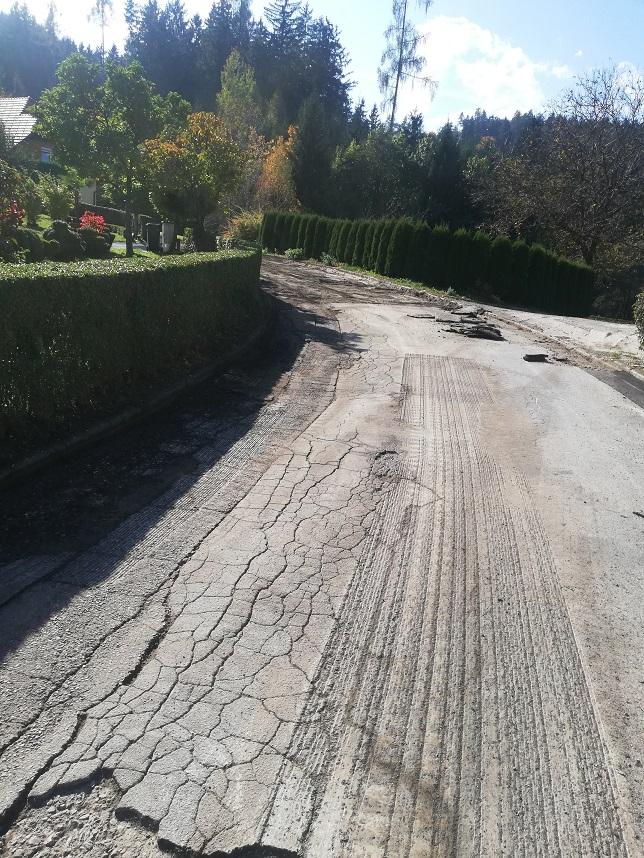 Cesta s poškodovno asfaltno površino