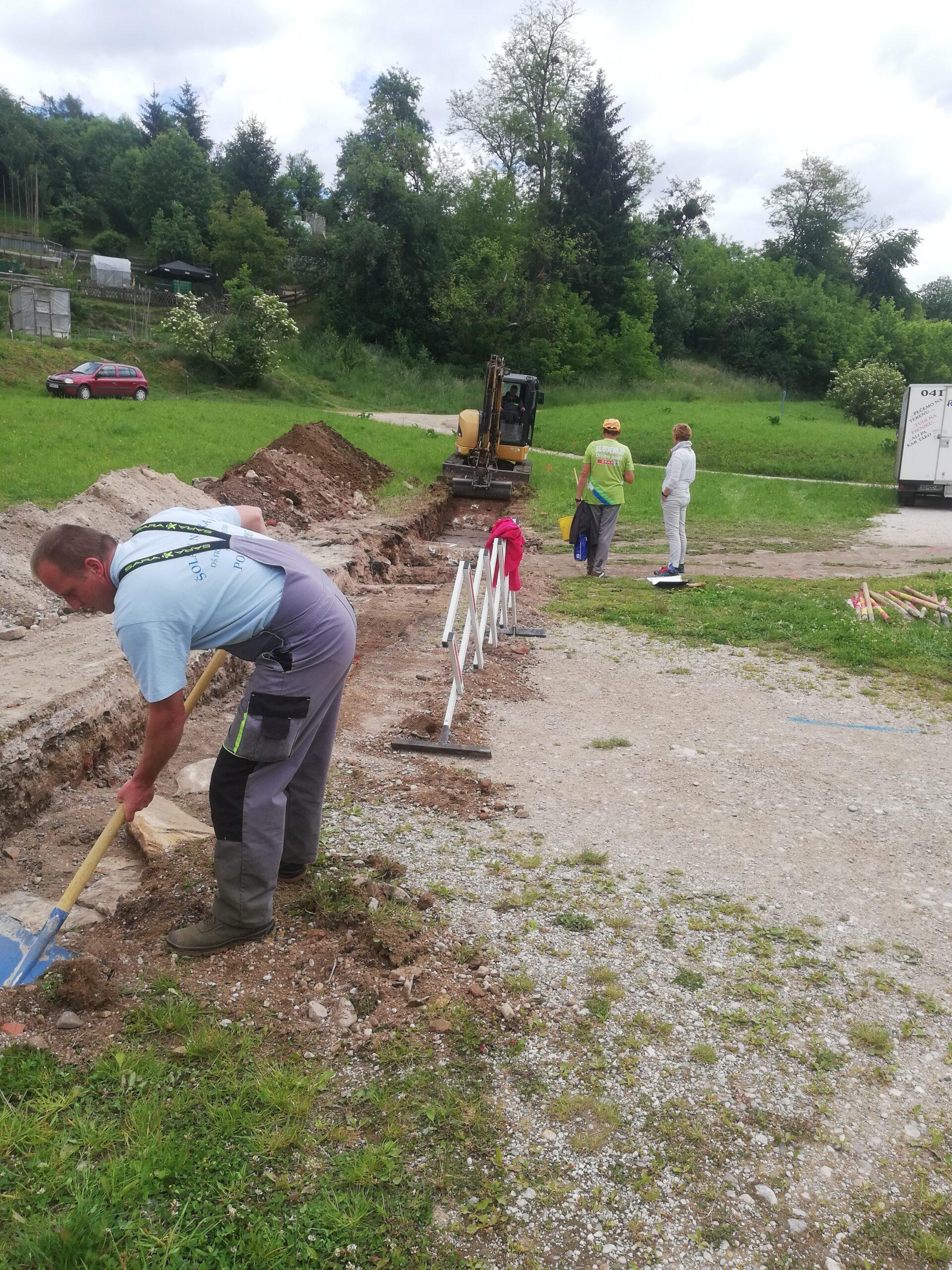 Delavec opravlja izkopna dela na arheloškem najdbišču na Javorniku