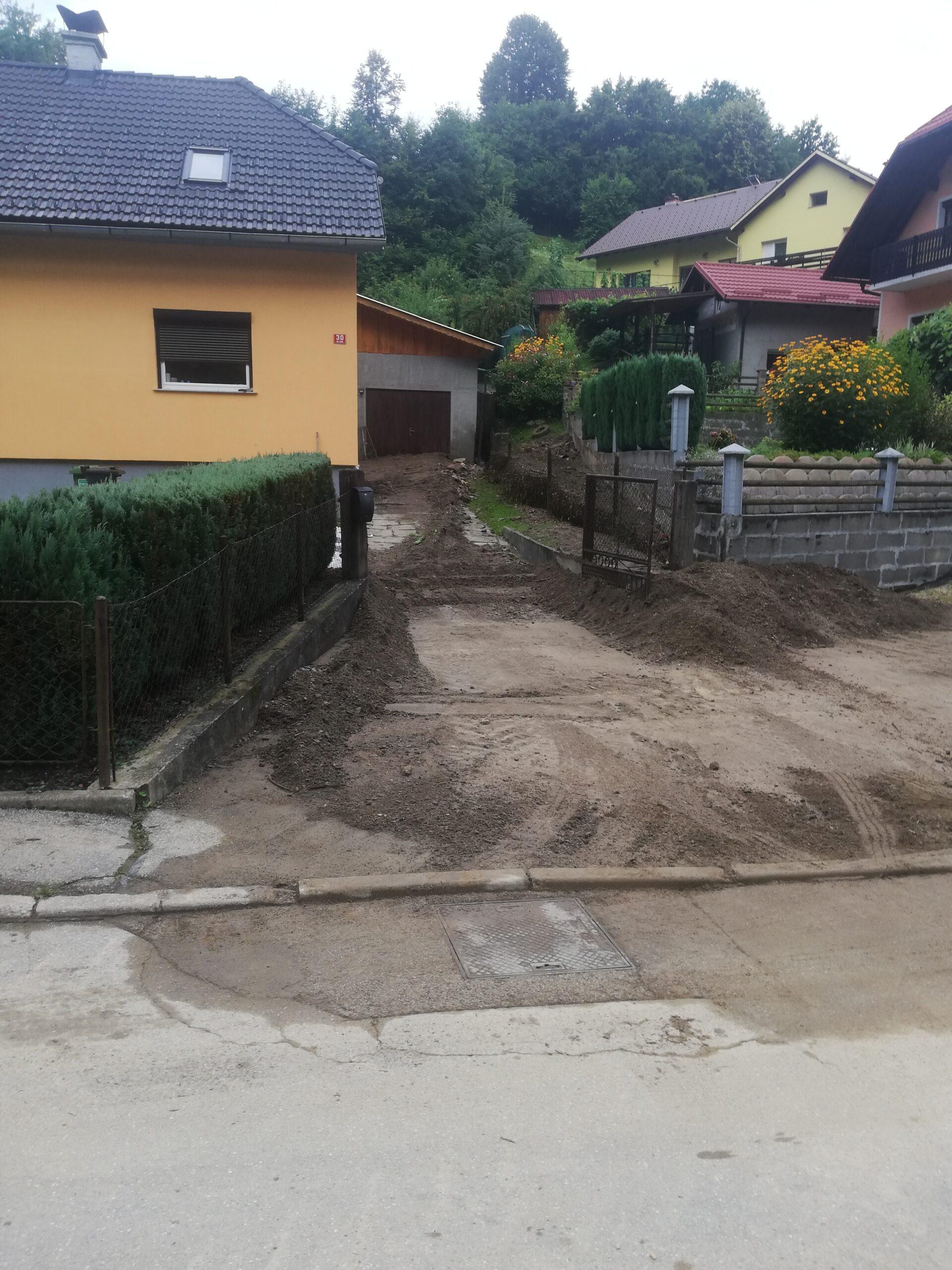 Poplavljeno dvorišče hiše z blatom