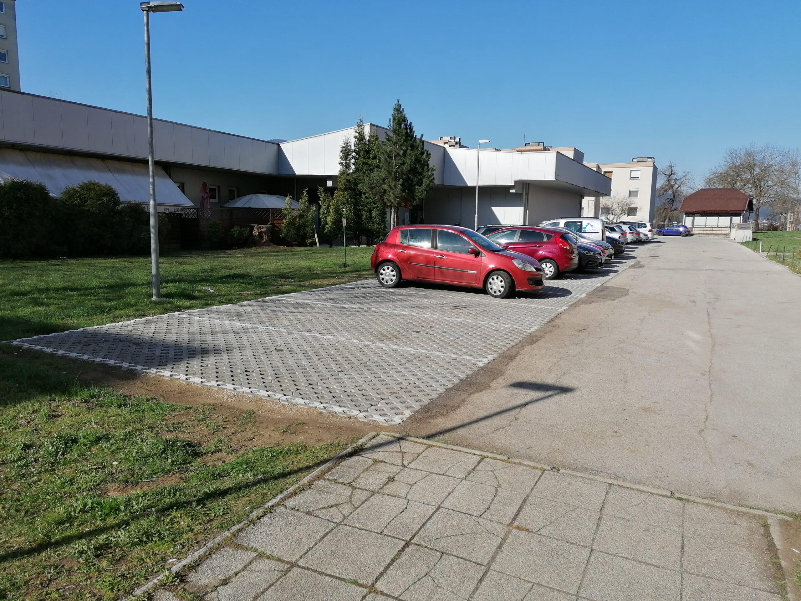 Obnovljeno parkirišče s travnimi ploščami na Javorniku