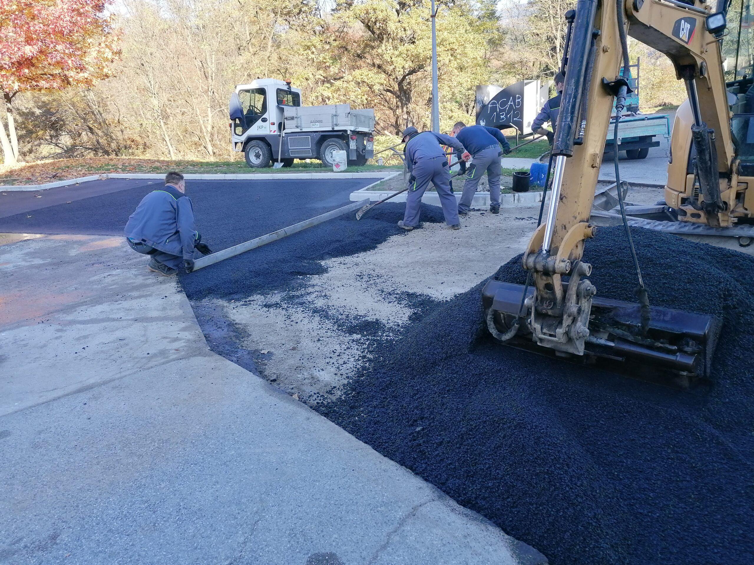 Delavci obnavljajo asfaltno povoršino