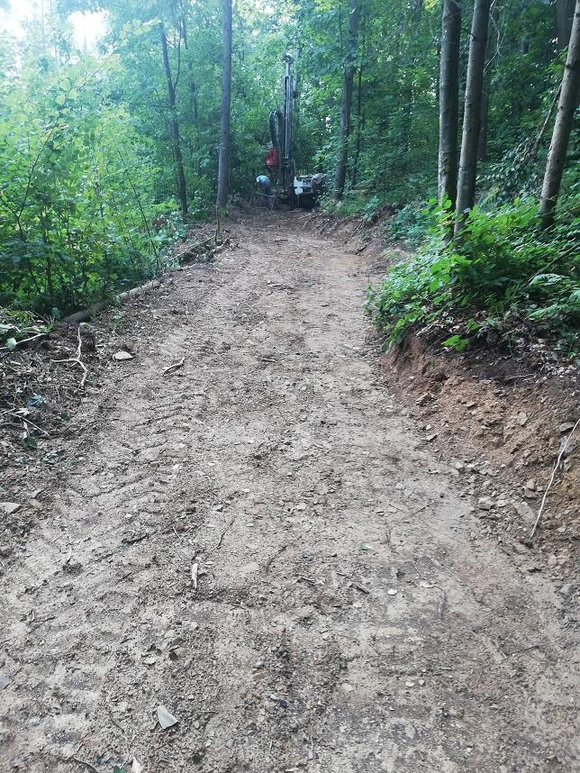 Gozdna ceta na kateri delovno stroj opravlja zemeljska dela