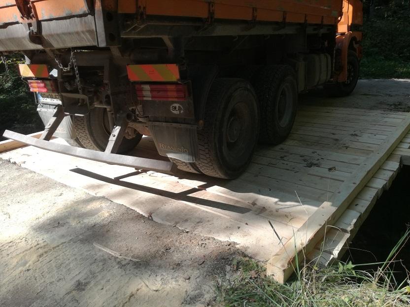 Tovornjak na prenovoljenem lesenem mostu