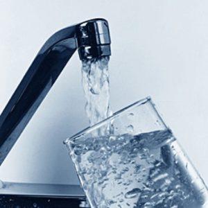 Kozarec se polni iz vodovodne pipe