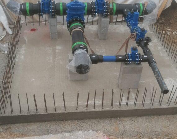 Cevi v jašku so nameščene na nov betonski temelj