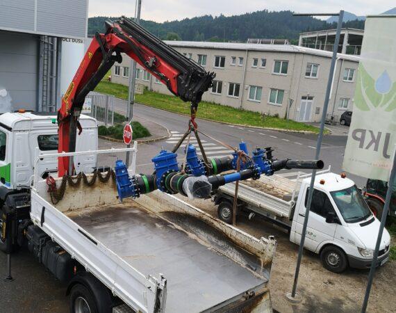 Na tovornjak se nalaga nov del vodovonega sistema
