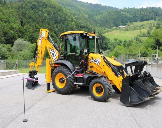 Nov delovni stroj na parkišču pred slovesno predajo