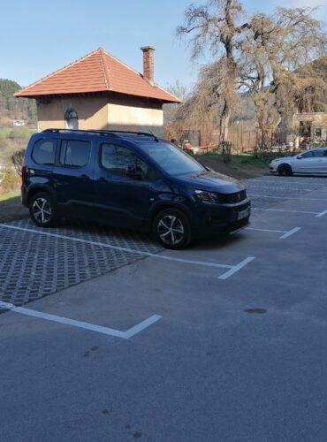 Parkirani vozili na novem parkirišču pri bloku Javornik 19