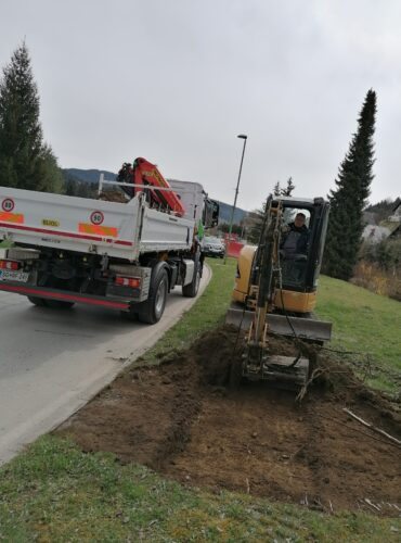 Delovni stroj nalaga materiala na tovornjak