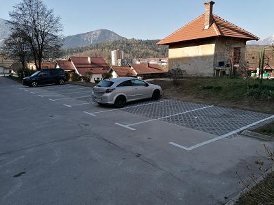 Novo parkirišče pri bloku Javornik 19 z dvema stoječima vozila